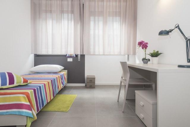 Singola in appartamento moderno arredato con cura a Milano